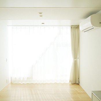 カーテンを閉めて光を調整