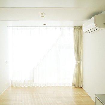 カーテンを閉めて光を調整※この写真は同間取り別部屋のものです※写真は前回募集時。