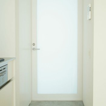 玄関は乳白。光が僅かに透けています。※写真は前回募集時。