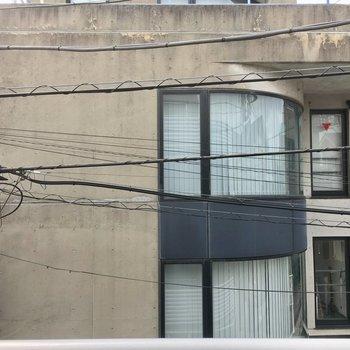 眺望は道を挟んで建物。