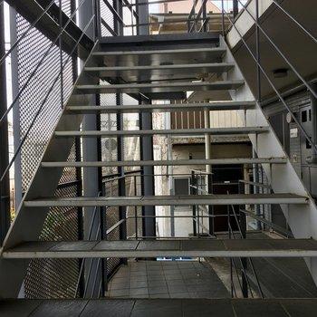 こちらの階段を3階まで昇り降りしましょう。