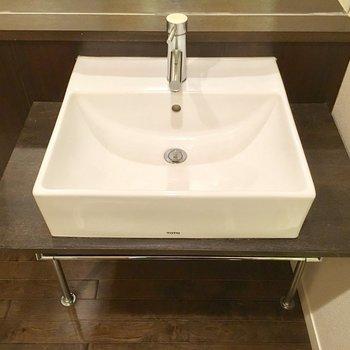 洗面台もシンプルでオシャレだ