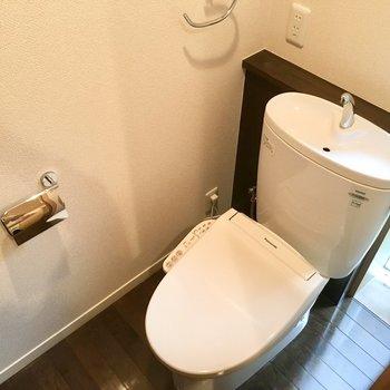 トイレにも採光窓があって明るいです。