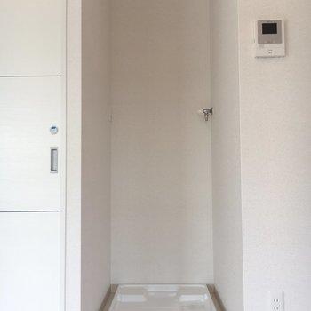 洗濯機置場はおトイレの横に。