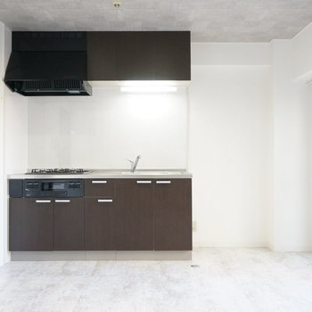 扉を入って左側にキッチン。※写真は前回掲載時のものです。