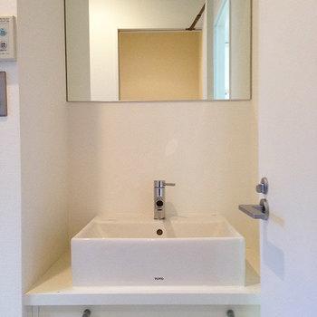 洗面台はスッキリタイプ ※写真は別部屋です