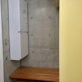 玄関脇の棚。鍵なんかはこのスペースに置いておくと便利。※写真は通電前