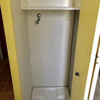 洗濯機置き場は生活感を隠せるようになっています。※写真は通電前