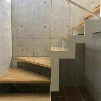 入ってすぐに2階に続く階段がお出迎え。※写真は通電前