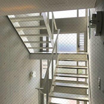 エレベーターもしくは共有階段をお使いください。