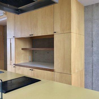 キッチンの背面には、充実した収納。※写真は通電前