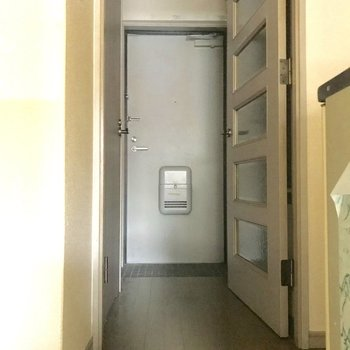 キッチン側から。扉の向こうに水回り(写真は清掃前です。)