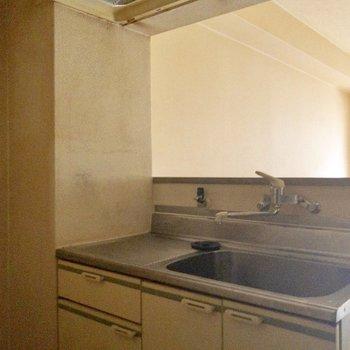 キッチン。手前に冷蔵庫など置けます(写真は清掃前です。)