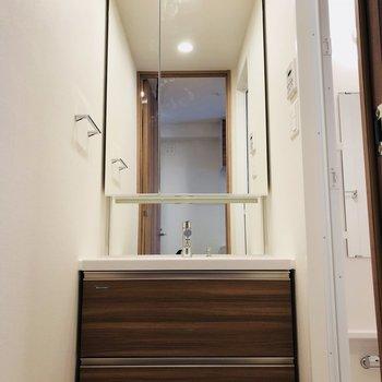 洗面台も大きいです。(※写真は12階の同間取り別部屋のものです)