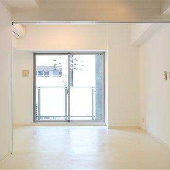 一面真っ白の室内(※写真は4階の反転間取り別部屋のものです)