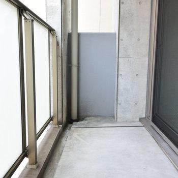 バルコニーはコンクリートむき出しでかっこいい!(※写真は4階の反転間取り別部屋のものです)