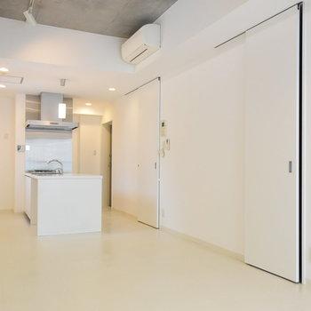 やっぱり絵になるキッチン(※写真は4階の反転間取り別部屋のものです)