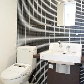洗面所のタイルがいいですねえ(※写真は4階の反転間取り別部屋のものです)