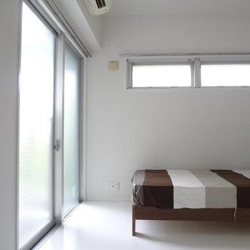 あ、あんなところに小窓が。※写真は2階の同間取り別部屋のものです