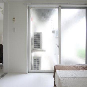 こちらのお部屋も太陽の光が入ってきて明るいです。※写真は2階の同間取り別部屋のものです
