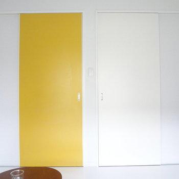 黄色い扉が印象的!※写真は2階の同間取り別部屋のものです