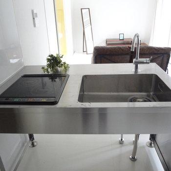 キッチンはシンクでコンロはIH!使いやすそう。※写真は2階の同間取り別部屋のものです