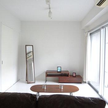 お昼は電気なしでも明るいです。※写真は2階の同間取り別部屋のものです