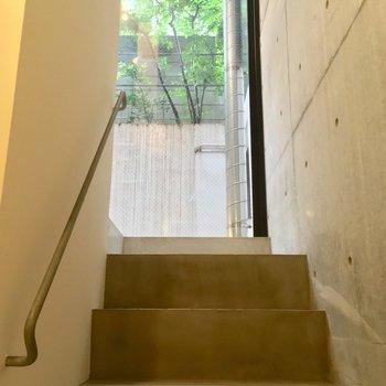 玄関へは階段をのぼってレッツゴー!