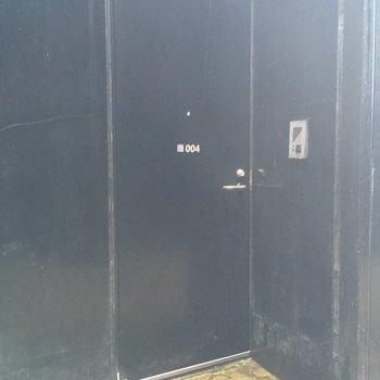 玄関扉はまっくろくろすけ