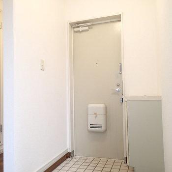 玄関はこちら。白タイルいいですね。※写真は前回募集時のものです