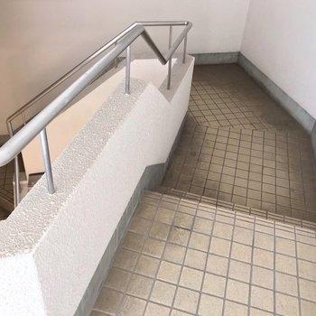 この階段をのぼって2階まで。変わったかたちが楽しい!