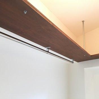 上には吊り棚付き。
