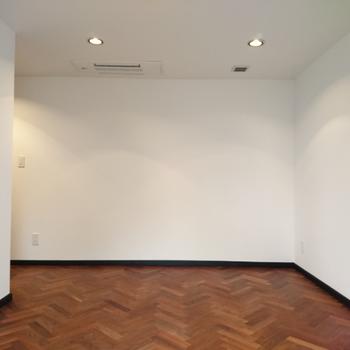 壁が真っ白!オシャレな床と合いますね!