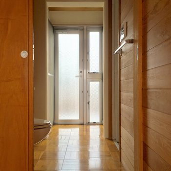 クローゼットのお隣からサニタリーへ。正面の扉の向こうはバルコニー!