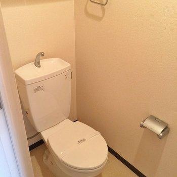 トイレには収納があります。 ※写真は別部屋です。