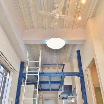天井を見上げればシーリングファンが御座います。 ※写真は別部屋です。