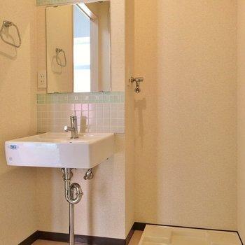 脱衣所に洗面台。デザイン洗面いいですね。 ※写真は別部屋です。