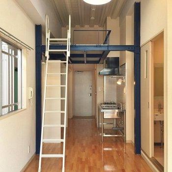 3階は天井が高く。特別にロフト収納が着いています! ※写真は別部屋です。