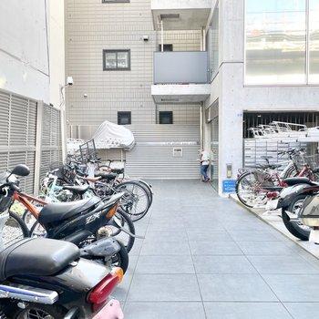 共用部】駐輪場はエントランス前に。
