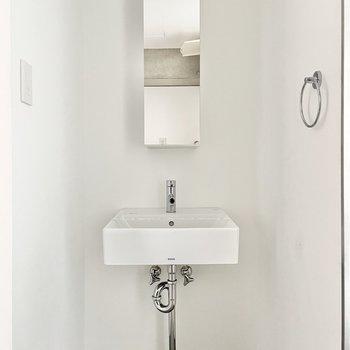 洗面台は無駄のないデザイン。