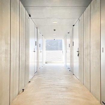 共用部】廊下も洗練されたデザイン。