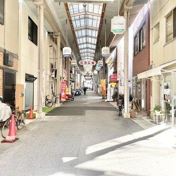 マンションの入り口は、この商店の通りに。