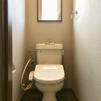 トイレにも窓付き、良い運気流れてきそう(※小物は見本です)