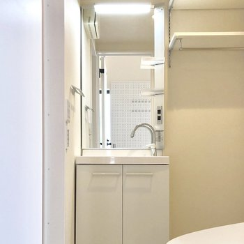 収納付きの独立洗面台がうれしい。