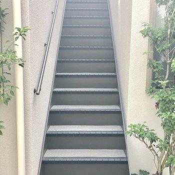 お部屋へは階段を上って。