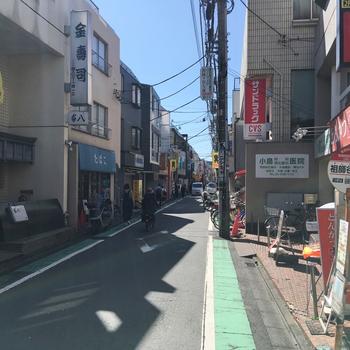 駅から続くこちらの商店街には、100円ショップからスーパーまで、幅広いジャンルのお店が立ち並びます。