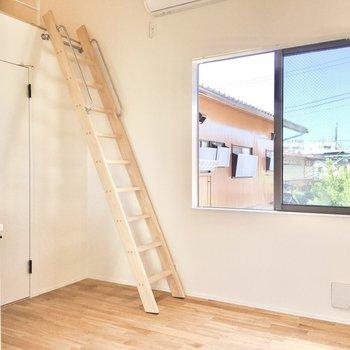 テレビコンセントがはしごの裏に設置されています。