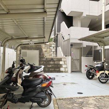 バイク置き場や、