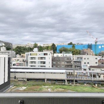 窓からは駅のホームが見えます。駅近ならではですね!