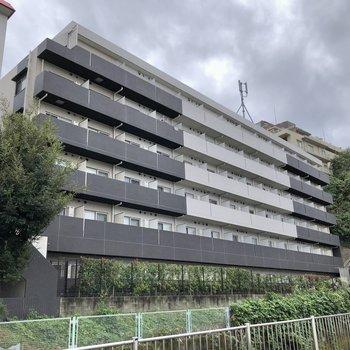 駅の南口から見えるモノトーンのマンションです